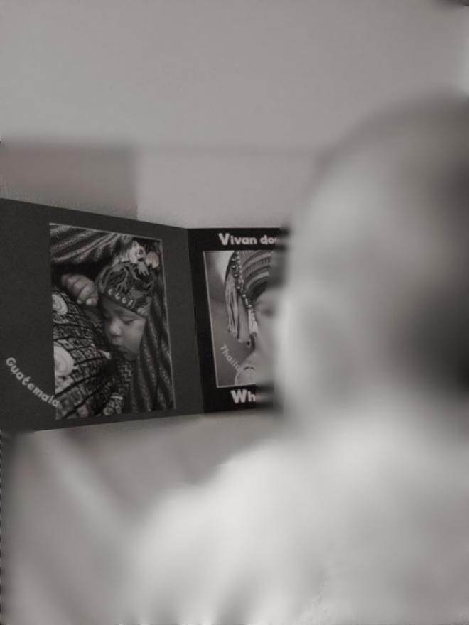 """Mi pequeña mirando el libro de """"Bebés del mundo"""""""
